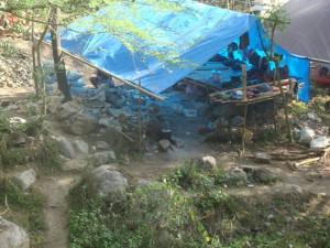 Insert Foto : Warung Tenda di lokasi Tambang Poboya